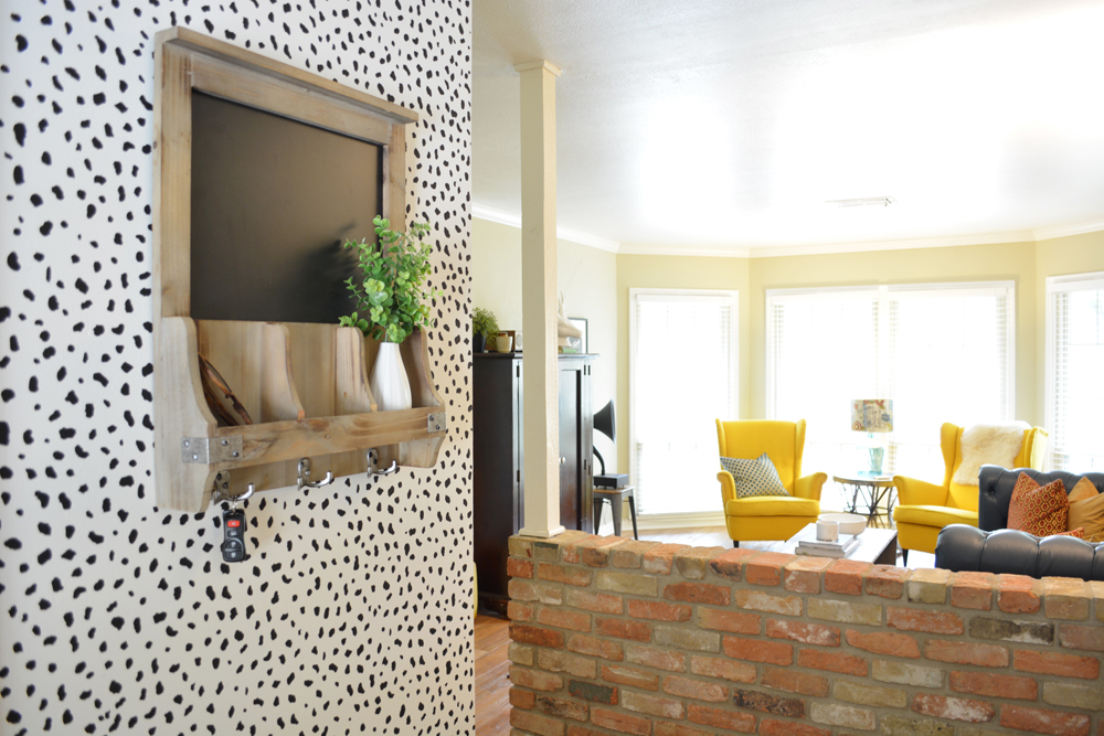 Black and white DIY dalmatian print wall by @lesleymyrick