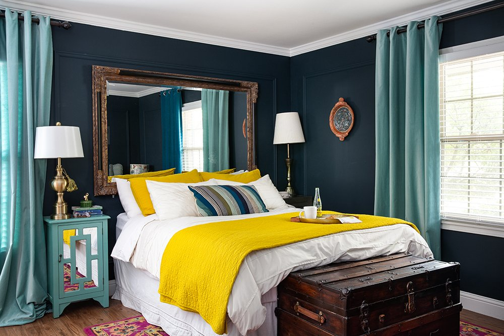 Love this before and after of a bedroom with navy walls!